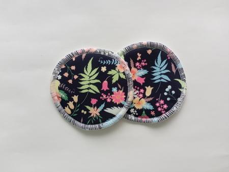 wkładki laktacyjne PUL/bambus kwiaty na granacie (1)